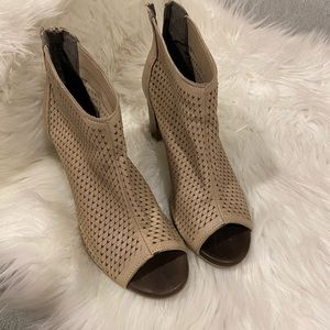 100% Italian leather Kenneth Cole Perforated Mules